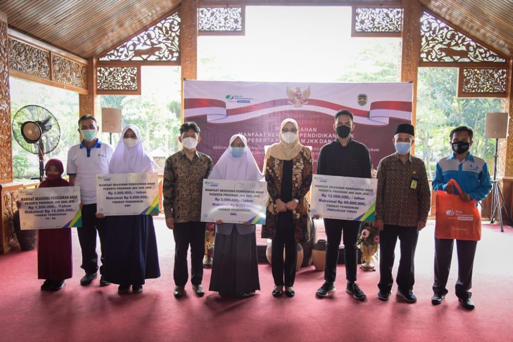 Sambut May Day dan Hardiknas, BP Jamsostek Purwakarta Salurkan Beasiswa Program JKK dan JKM