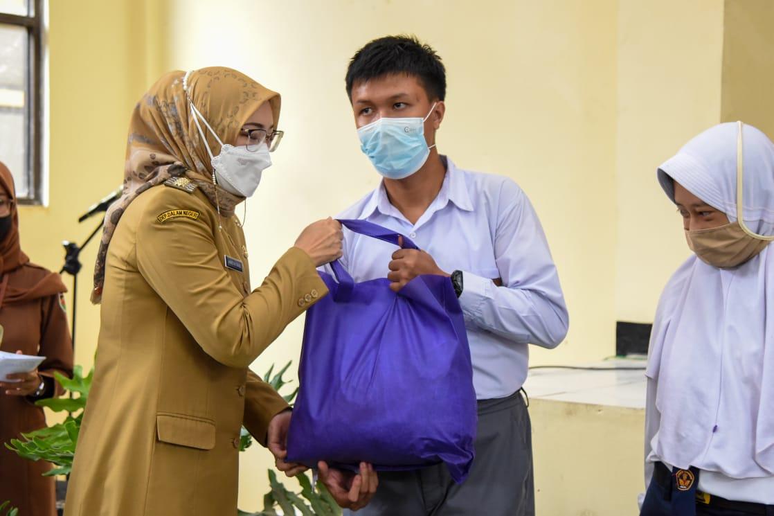 Pemkab Purwakarta Distribusikan Bantuan Sembako untuk Penyandang Disabilitas