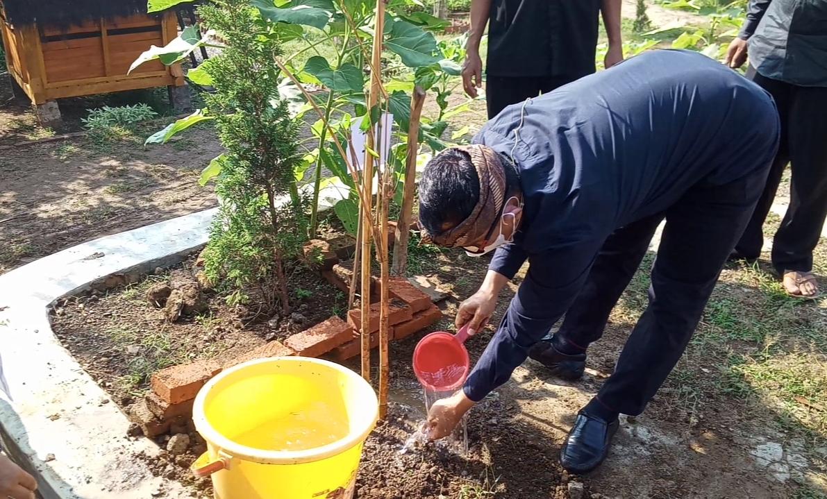 Bangun Keseimbangan Eksosistem, Seluruh SD dan SMP di Purwakarta Serentak Tanam Bambu